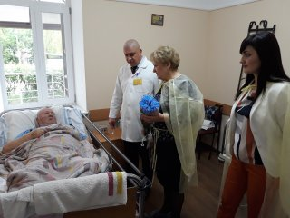 Пацієнти-учасники бойових дій отримали привітання з Днем пам'яті та примирення і прийдешнім Днем перемоги